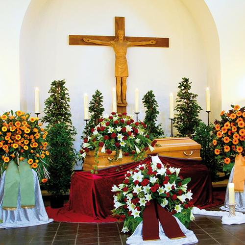 Die Trauerfeier – Abschied nehmen zum Beispiel am Sarg bei der Erdbestattung